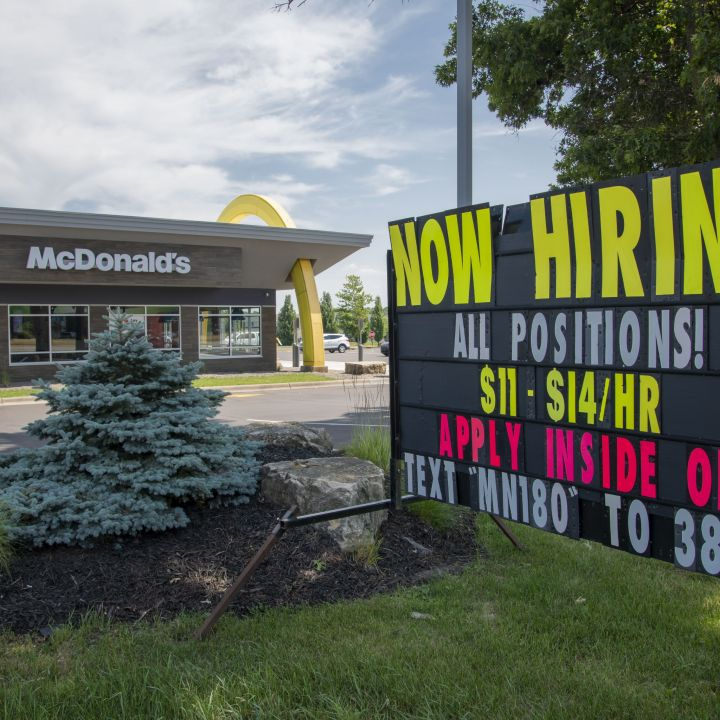 restaurant-owners-say-hiring-is-becoming-an-increasing-challenge-and-delta-could-spoil-recovery-scaled.jpg