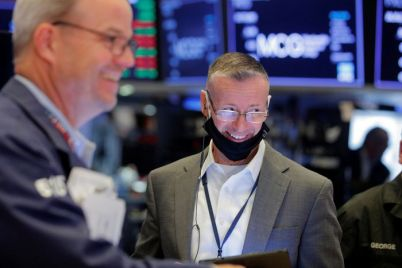stocks-fall-on-lower-consumer-sentiment.jpg