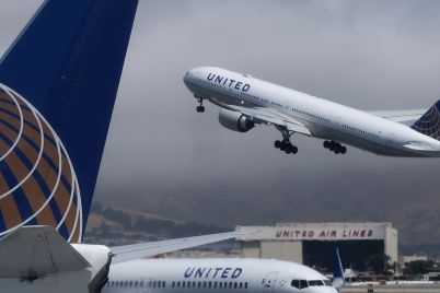 united-airlines-posts-wider-than-expected-loss-in-pandemic-slump-cuts-cash-burn-scaled.jpg
