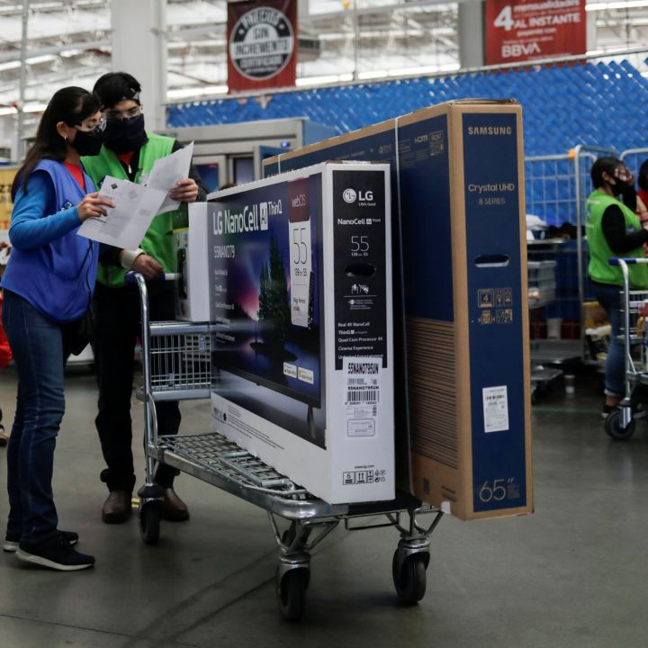 walmart-owned-sams-club-raises-minimum-wage-to-15-as-retailers-and-restaurants-compete-for-talent-scaled.jpg